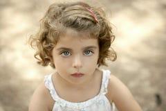 девушка камеры смотря малыша Стоковая Фотография RF