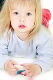 девушка камеры смотря славный малыша Стоковая Фотография