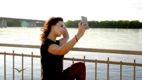 Девушка каникул пляжа лета принимая потехе передвижное фото selfie с smartphone сток-видео