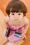 девушка карточки выпечки меньший телефон Стоковая Фотография