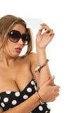 девушка карточки надевает наручники держать рук Стоковые Фотографии RF