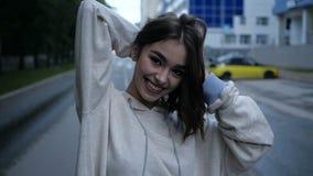 Девушка касается вверх по ее волосам сток-видео