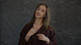 Девушка касается ее груди видеоматериал