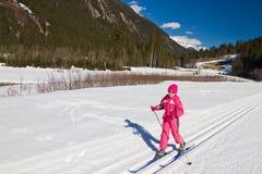 Девушка катания на лыжах по пересеченной местностей Стоковые Изображения RF