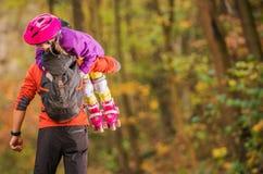Девушка кататься на коньках ролика с отцом стоковое изображение rf