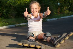 Девушка катаясь на коньках outdoors Стоковые Фото