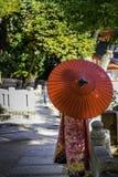 Девушка кимоно и красный зонтик Стоковое Изображение