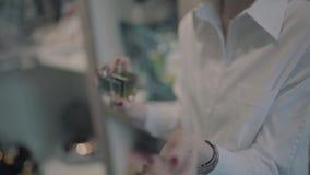 Девушка кладет духи на ее запястье акции видеоматериалы