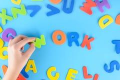 Девушка кладет из пестротканых писем работу слов Красивейшая предпосылка Стоковые Фотографии RF