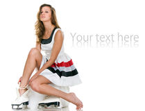 девушка кладет коньки Стоковая Фотография