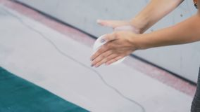 Девушка кладет порошок на ее руки видеоматериал
