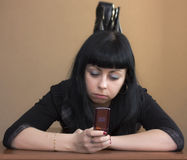 девушка кладя мобильный телефон Стоковое Изображение RF