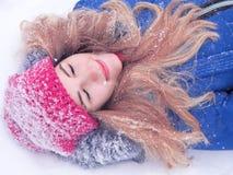 Девушка кладя на портрет снега стоковое фото rf