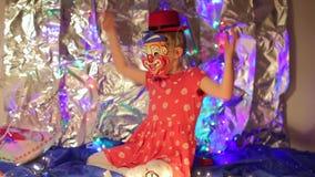 Девушка клоуна развевая ее оружия сток-видео