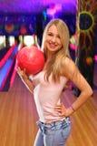 девушка клуба боулинга шарика держит стойки Стоковое Изображение