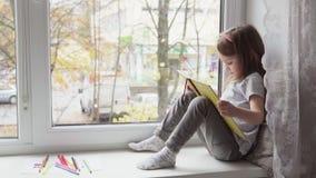 девушка книги меньшее чтение акции видеоматериалы