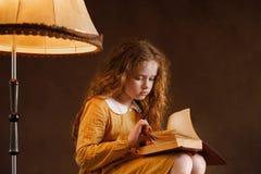 девушка книги меньшее чтение стоковые фото