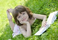 девушка книги меньшее чтение Стоковые Изображения RF