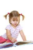 девушка книги милая меньшее чтение Стоковая Фотография