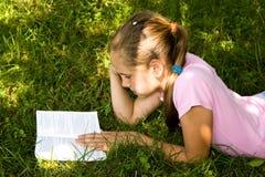 девушка книги немногая прочитала Стоковое фото RF