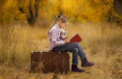 девушка книги осени меньшее чтение Стоковые Фотографии RF