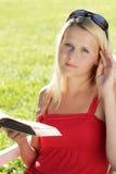 девушка книги подростковая Стоковые Изображения