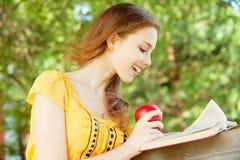 девушка книги прочитала студента Стоковое Изображение