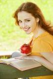 девушка книги прочитала студента Стоковая Фотография RF