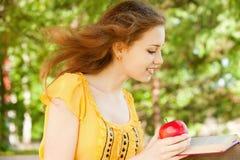 девушка книги прочитала студента Стоковое Фото
