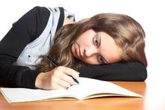 девушка книги смотрит сочинительство подростка Стоковое Изображение
