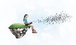 Девушка книги чтения школьного возраста как концепция для образования Стоковые Изображения