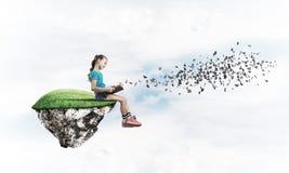Девушка книги чтения школьного возраста как концепция для образования Стоковая Фотография RF