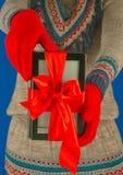 девушка книги электронная держит читателя Стоковое фото RF