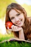 девушка книги яблока Стоковое Изображение