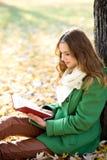 девушка книги outdoors читая Стоковая Фотография RF