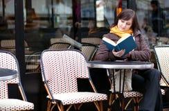 девушка книги outdoors читая Стоковая Фотография