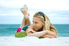 девушка кокоса стоковая фотография rf