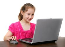 девушка компьютера над белыми детенышами стоковые фотографии rf