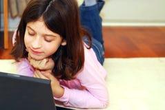 девушка компьютера стоковое изображение