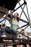 девушка конструкции около ржавчины Стоковые Фото