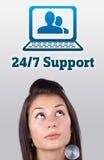 девушка контакта смотря тип поддержки знака стоковое изображение rf
