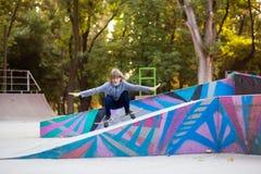 Девушка конькобежца на skatepark двигая дальше скейтборд outdoors стоковое фото rf