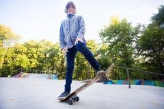 Девушка конькобежца на skatepark двигая дальше скейтборд outdoors стоковое изображение rf