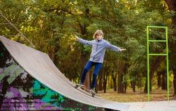 Девушка конькобежца на skatepark двигая дальше скейтборд outdoors стоковые фотографии rf