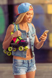 Девушка конькобежца ролика с устройством Стоковые Фотографии RF
