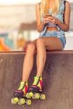 Девушка конькобежца ролика с устройством Стоковая Фотография