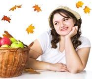 девушка корзины яблок довольно Стоковое Фото