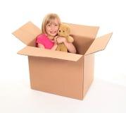 девушка коробки внутри меньших детенышей усаживания стоковые фото