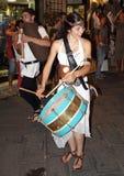 Девушка которая играет барабанчики в средневековом параде Стоковая Фотография RF