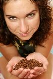 девушка кофе вручает владения Стоковая Фотография